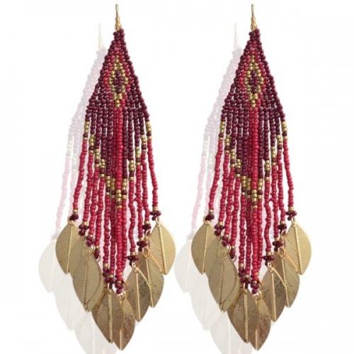 Lange oorbellen met kralen en bedels van veren