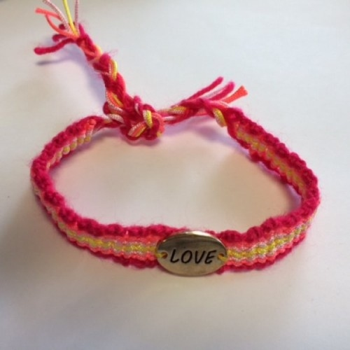 Gevlochten armband met pastelkleuren en bedel Lucky